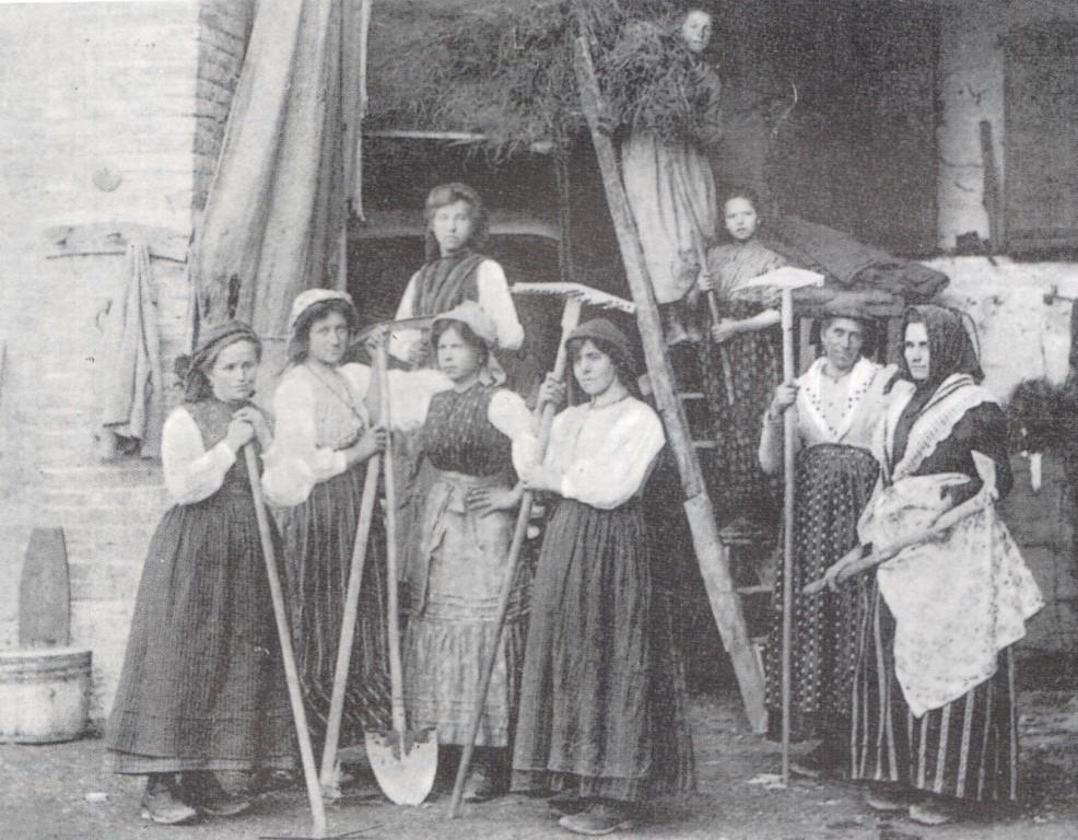 Antigo registro de camponesas do Tirol Italiano com seus trajes de trabalho. ec0a4c622c0