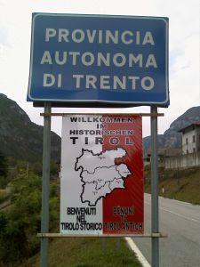 Em 2009, cartazes dando boas vindas aos que entravam no Tirol histórico foram colocados em todas as placas em estradas que indicavam o início da Província Autônoma de Trento.