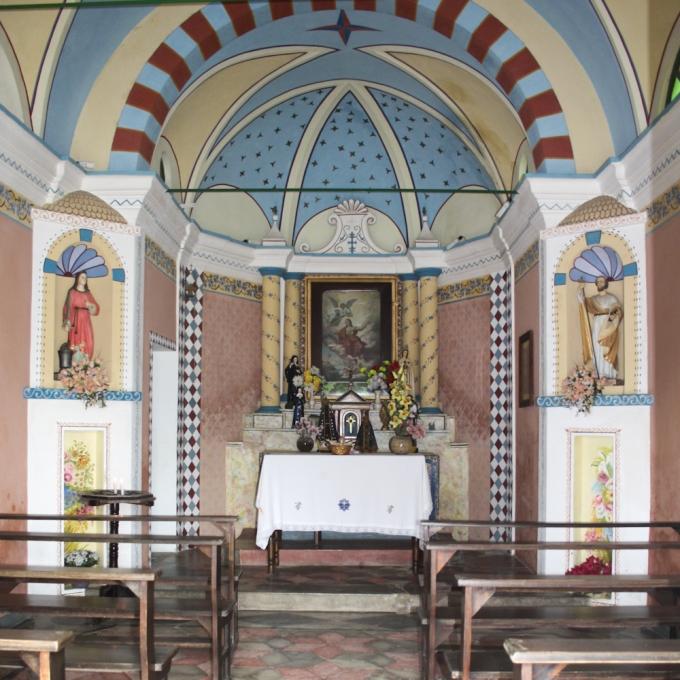 Igreja de Santa Ágata, no bairro Besenello, em Nova Trento. O quadro é uma reprodução, trazida pelos primeiros imigrantes, da pintura exposta no altar da igreja de Santa Ágata na cidade de Besenello (província de Trento).