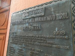 Placa que indica a procedência dos imigrantes fundadores de Novo Tyrol.