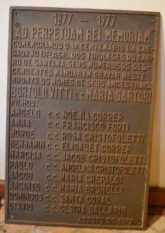 Placa comemorativa de 1977. Em memória dos imigrantes tiroleses.