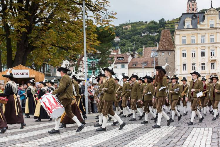 Banda da cidade de Folgaria (província de Trento). As mulheres que tocam na banda usam o traje típico masculino. Fonte: Banda Folk di Folgaria
