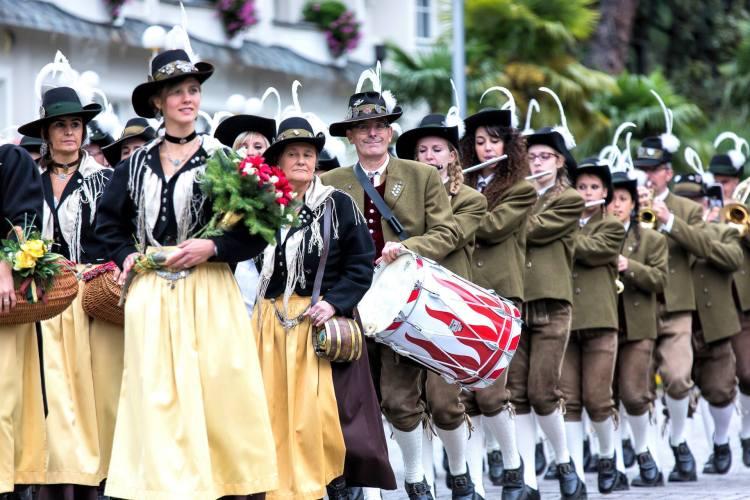 Vivandiere/Marketenderinnen da banda de Folgaria (província de Trento) com o traje típico feminino.